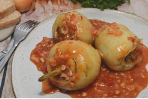 Polnjena paprika (Filana paprika) z ovseno kašo